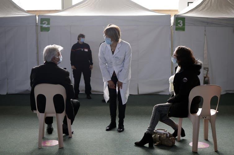 Personnes dans un centre de vaccination français attendant d'être vaccinées