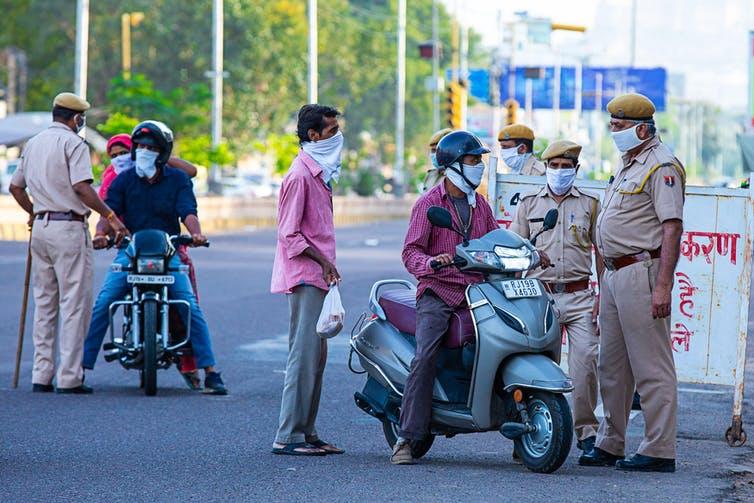 Police indienne arrêtant des citoyens pendant un confinement