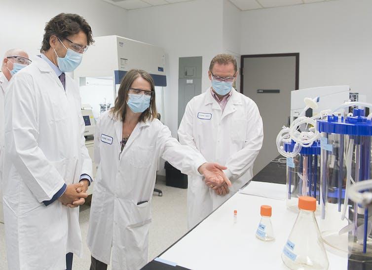 Justin Trudeau est entouré de scientifiques, dans un laboratoire