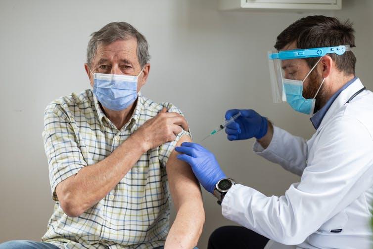 Un homme âgé reçoit une dose du vaccin contre la Covid-19